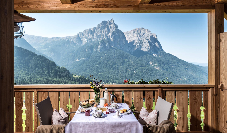 Frühstückstisch mit herrlichem Ausblick auf den Schlern in Kastelruth